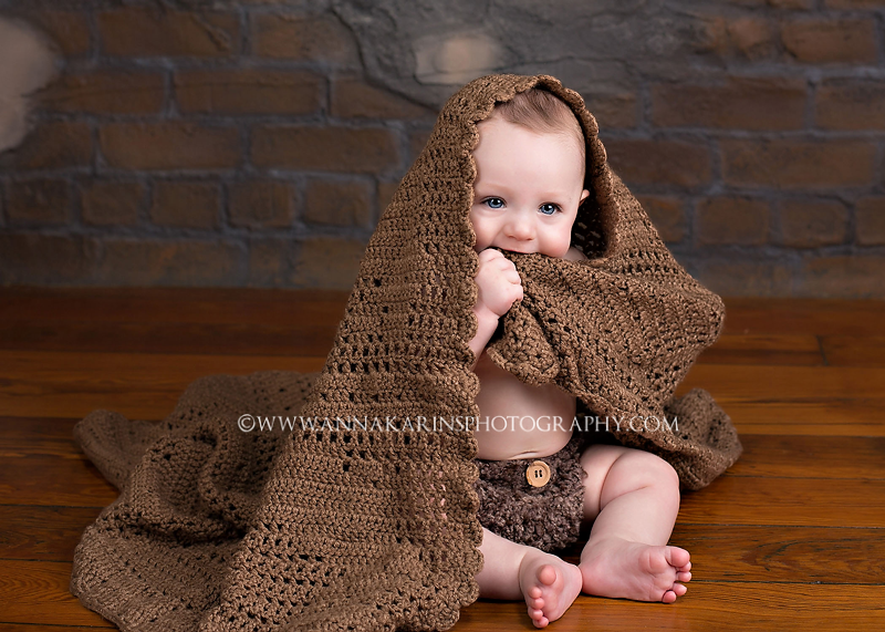 Baby playing with his blanket, Studio photographer Baton Rouge, Blue eyes