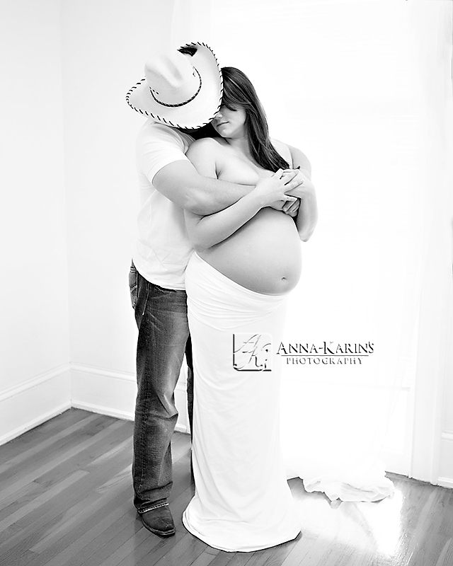 excpectant couple in maternity portraits
