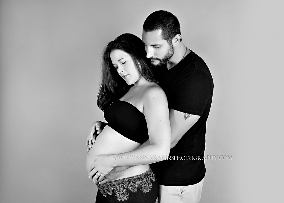 gorgeous maternity session wtih both mom and dad to be, maternity session with parents embracing.